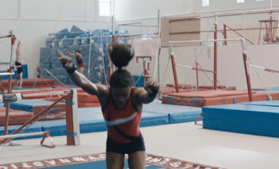 體操運動員在空中做轉體運動